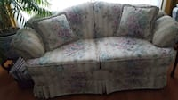 Like NEW FLOWERED LOVESEAT With 2 Matching pillows Toronto, M9P 1Z3
