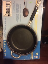 black steel frying pan with box Montréal, H4N