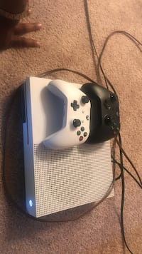 Xbox one s with two controllers Metairie, 70001