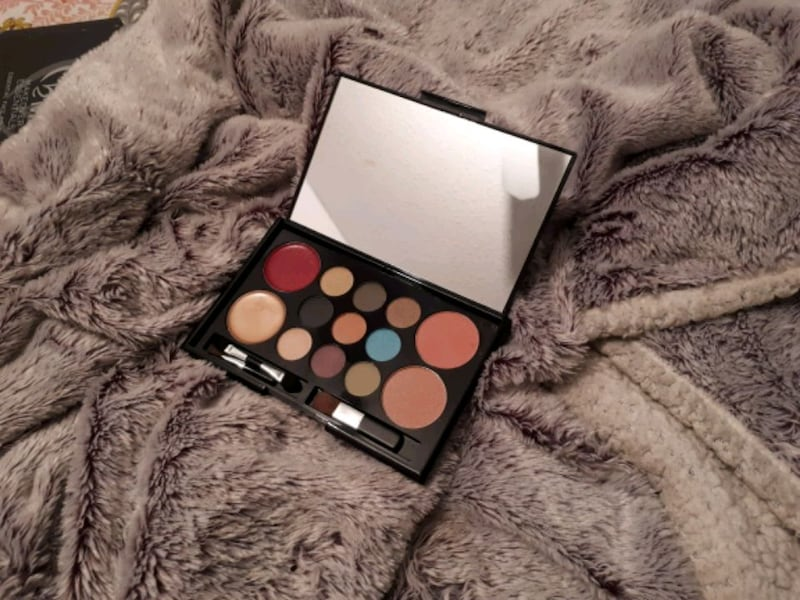 MakeOver Essentials cosmetic pallette 97aa77b5-25f0-485f-a381-2095306d0a05