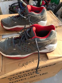 pair of gray Nike running shoes 2284 mi