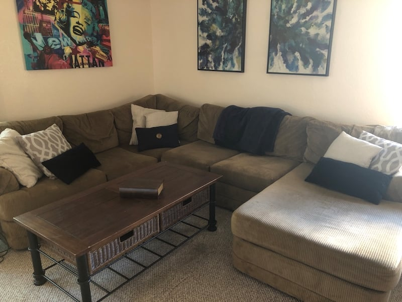 Sectional couch 9f5bc5ab-7166-4f44-ac11-facac54fb061