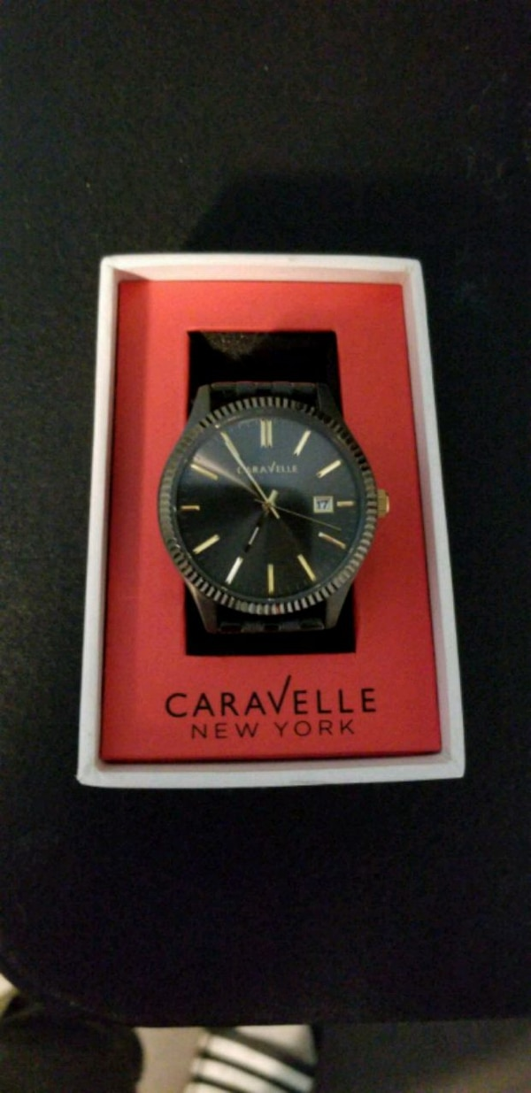 round black analog watch with black strap in box 35cac344-637b-4902-adfb-6a280c9d89dd