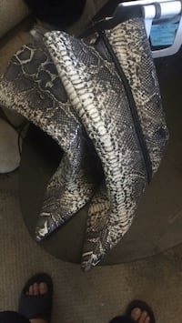 Size 8 Pair of black & gray snakeskin leather boots Las Vegas, 89148