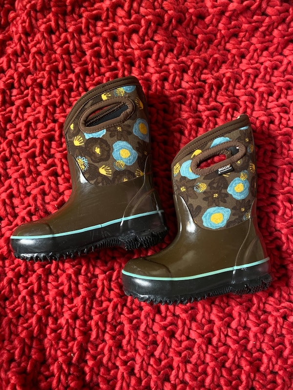 BOGS waterproof girl's boots , shoes size 8 3245d8a8-716b-427d-9074-c838b24054e0