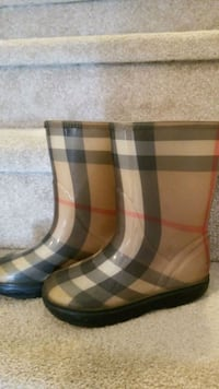 Girls Toddler size 11/12 Burberry boots Surrey, V4N 1B4