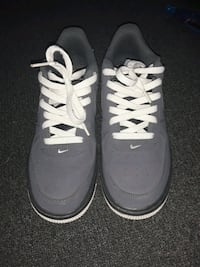 pair of gray && white Nike low-top sneakers size 6