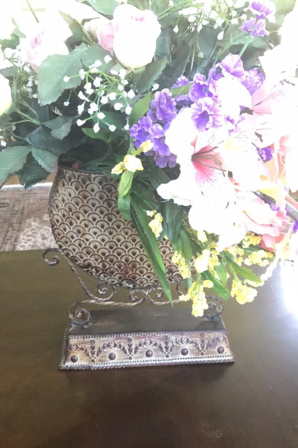 Vase and Flowers 143ae76c-523a-400f-ba88-f3bb62d7c760