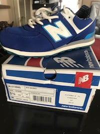 unpaired blue New Balance low-top shoe with box