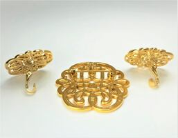 1980'S VINTAGE GOLD TONE METAL CELTIC PIN AND CLIP-ON EARRINGS SET