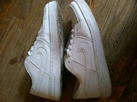 White Nike Air Max size 9.5  ( I'm a size 10 and they fit me np ) Toronto, M5A 2G2