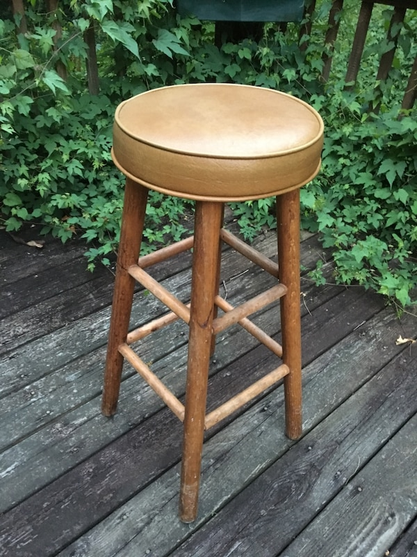 Stool with padded seat 776dfbb0-a57e-46b1-b9a4-69ab3300c783