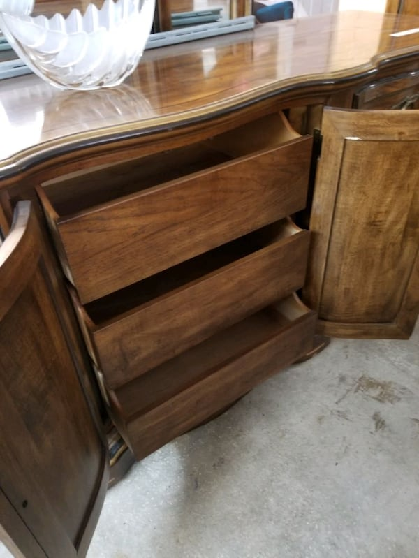Drexel long dresser with 3 sided mirror 917125e4-5be6-4413-8936-7a01838fb798