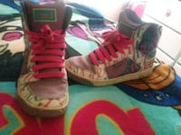 pair of gray-and-pink Nike sneakers Ivanhoe, 93235