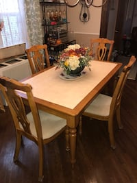 Table and chairs 213 mi