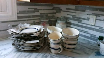 Setting for 8 porcelain dishes