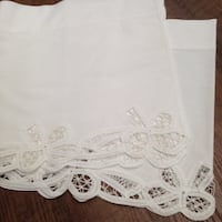 "Valance with cut lace 100% cotton, 58""x 12"", from smoke and pet free home . 780 km"