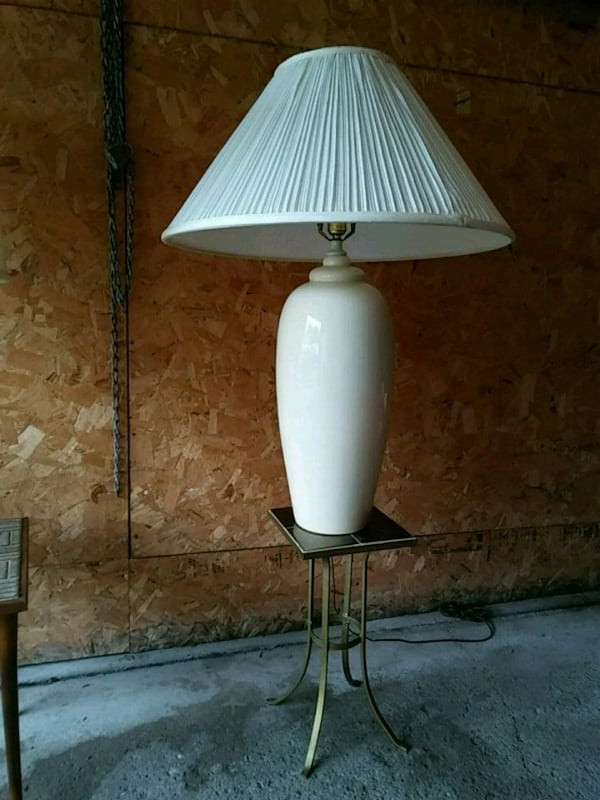 Table vase lamp and table 67000c37-1d31-4b72-854c-bb90952d326e