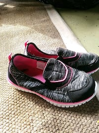pair of black-and-pink Nike running shoes Sainte-Madeleine, J0H