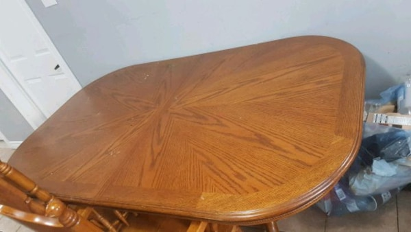 Oak table and chairs fd2be3d5-7636-4954-91e7-f9516dc6c18a