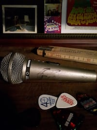 Microphone signed by Roger daultre Vaughan, L6A 1E4