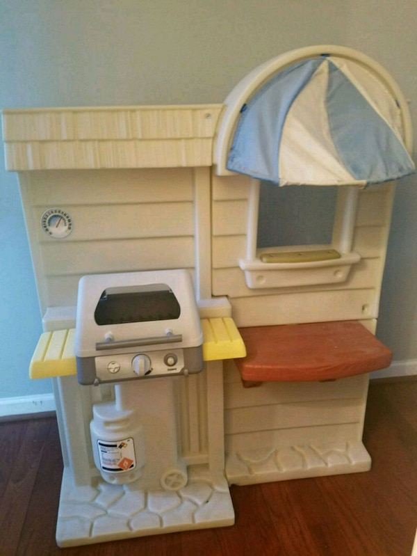Little Tikes Play Kitchen with play food 1a10f0e2-dc14-495e-973c-d439c3977fef