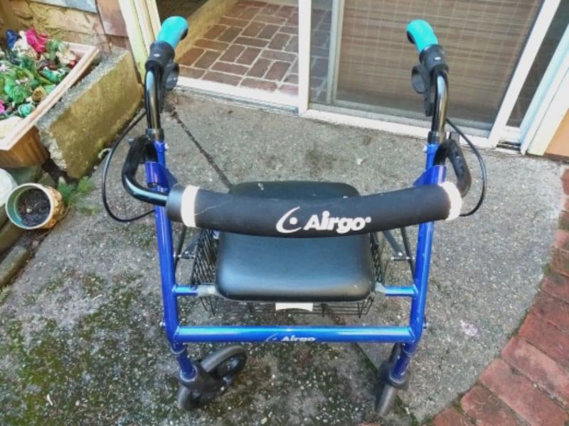Mobility walker 49fa5cce-6659-44f6-917a-6c9a82c158f8