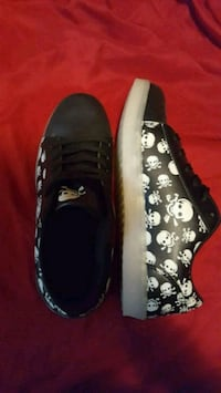 pair of black-and-white low top sneakers Urbandale, 50398