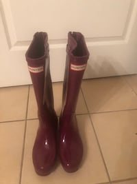 Hunter Rain boots.    Size 7 authentic adjustable gloss women's rain boots. Very lightly used Peabody, 01960