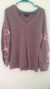 American Eagle Floral sleeve sweater Clayton, 63105
