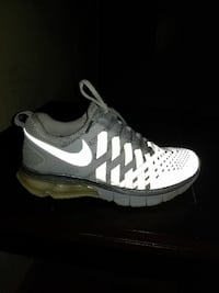 unpaired white and black Nike low-top running shoe Marion, 62959
