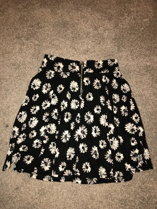 Divided daisy skirt 0afd380a-5bf8-492b-88c2-983413119962