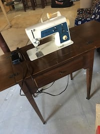 Vintage Singer pedal sewing machine with table   Milton, L9T
