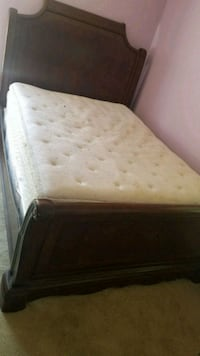Queen size bed frame w/ box spring Killeen, 76543