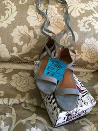 Pair of gray-and-brown sandals Tracy, 95376