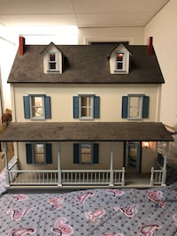 wooden doll house w/ electric