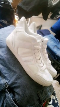par hvite high-top sneakers