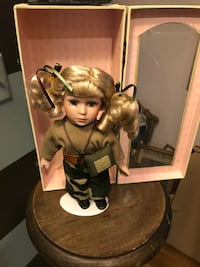 BRAND NEW RARE GI JANE AUTHENTIC COLLECTORS CHOICE DOLL WITH MILITARY STYLE CASE.