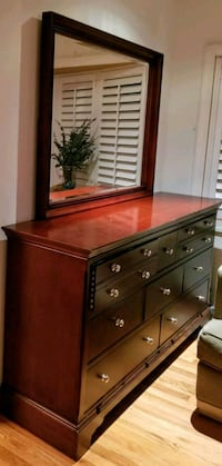 Beautiful dresser with 8 ample sized drawers  Garden City, 11530