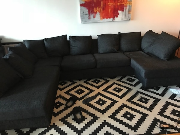 svart stoffseksjonssofa med kasteputer Sofa bought it 3 and half years ago from Bohus for 14000. Use it few month a year due to travelling.