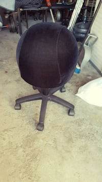 black and gray rolling chair 548 km