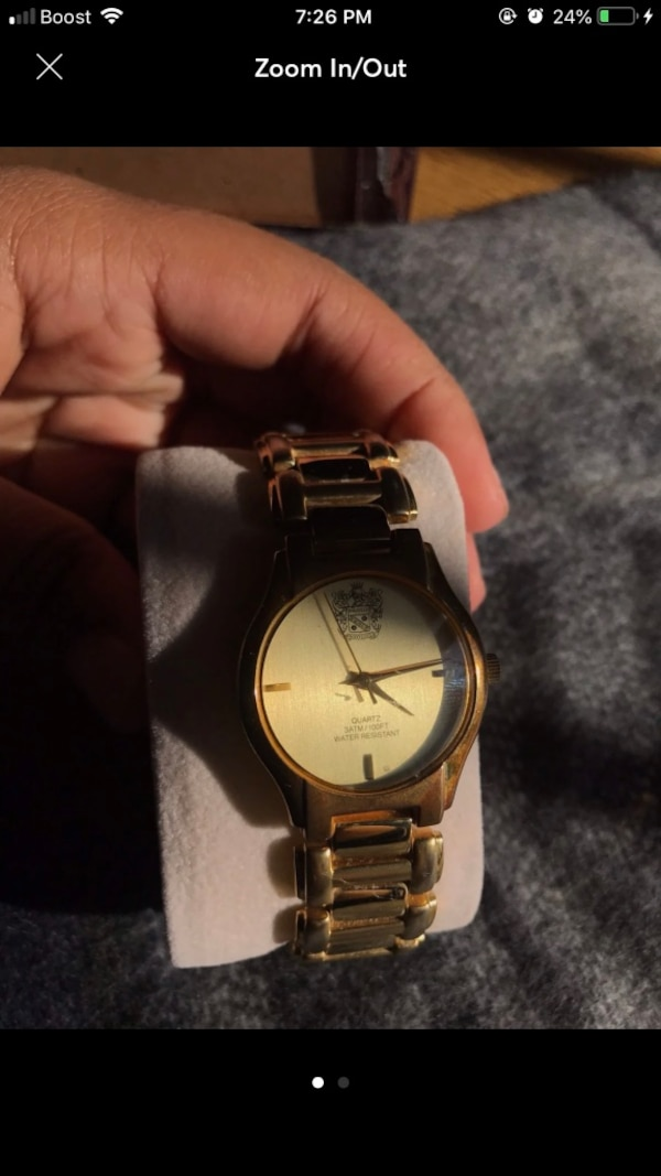 Round gold analog watch with link bracelet 0758415e-05d0-49ca-9b78-e3f336f06f32