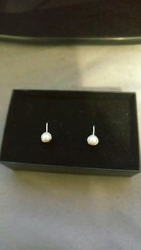 Sterling silver earings with pearl London, N6J 2V8