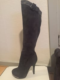 Unpaired black suede knee-high platform stiletto boot