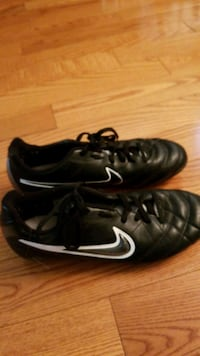 pair of black Nike cleats. Size 6 youth Toronto, M1B 5X1