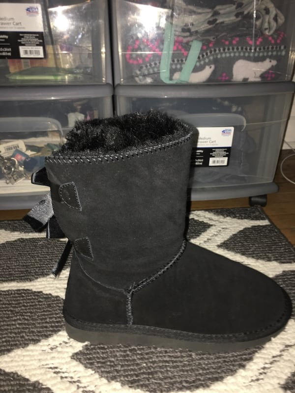BLACK UGGS WITH BOWS/ SIZE 7 767efbac-2f5c-41f8-8d36-f5538ebe68e7