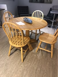 round brown wooden table with four chairs dining set Surrey, V3Z