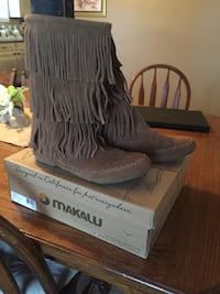 Pair of brown makalu moccasin boots with brown box Hodgenville, 42748