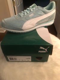 pair of gray Puma low top sneakers on box Jacksonville, 32219