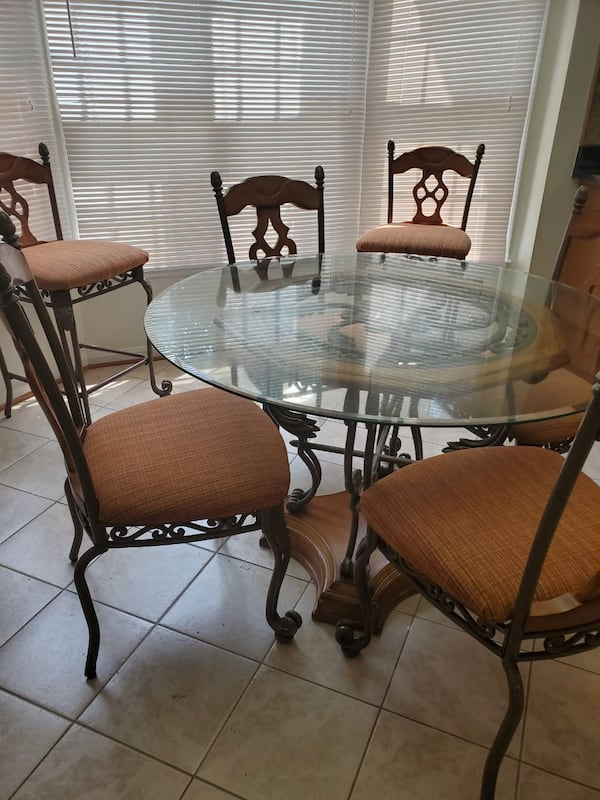 Kitchen table and chairs 20273e9c-ee60-4224-9d8f-7afce3132581